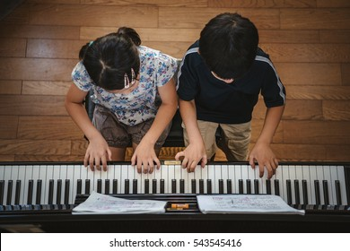 Duet of the piano of kids pianist