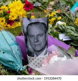 Duke of Edinburgh mourned at Windsor Castle by hundreds.People leaving flowers outside Windsor Castle. Windsor 10 04 2021 United Kingdom.