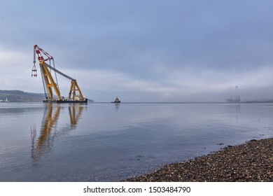 Dundee, Scotland, UK, 9th April 2018, The Asian Hercules III the Worlds largest Sheerleg Crane entering the Tay Estuary at Dundee, UK. Credit JJ Walters/Alamy Live News