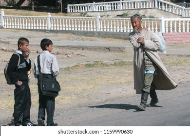 Dushanbe residents on the streets of the city. Dushanbe, Tajikistan. 05-10-2007