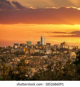 Abenddämmerung über Kigali im Wolkenkratzer der Innenstadt in Ruanda