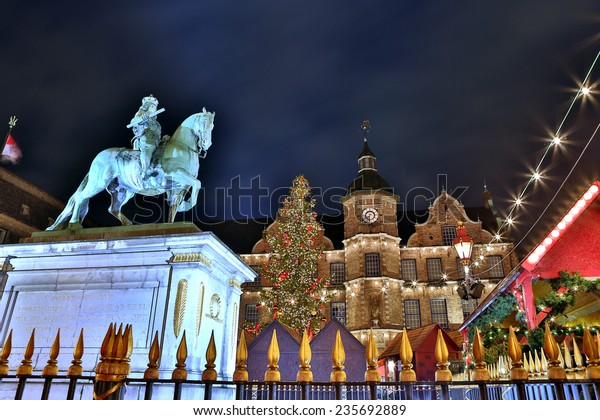Düsseldorfer Weihnachtsmarkt und historisches Rathaus. Düsseldorfs Weihnachtsmarkt verwandelt die Stadt in ein Wintermärchen mit saisonal dekorierten Hütten und zauberhafter Atmosphäre.