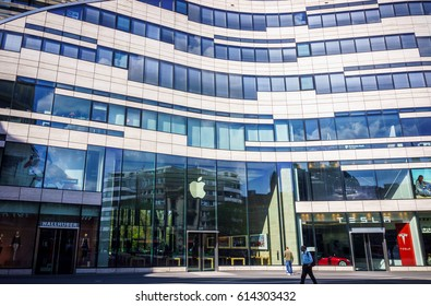 DUSSELDORF, GERMANY - APRIL  02, 2017:  The Apple store, in a sunny day. Glass entrance to the Apple Store in Dusseldorf, Germany