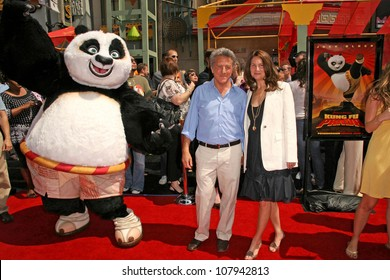 """Dustin Hoffman and Lisa Gottsegen  at the Los Angeles Premiere of """"Kung Fu Panda"""". Grauman's Chinese Theatre, Hollywood, CA. 06-01-08"""