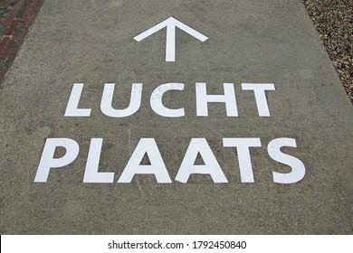 """Marquage routier néerlandais avec direction """"Lucht Plaats"""" (Air Place)"""