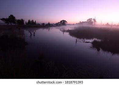 Dwingelderveld, Países Bajos - 21 de septiembre de 2020: Piscina al amanecer en Dwingelderveld, Países Bajos