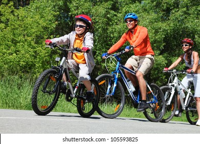 Dynamic image of a family cycling in the park