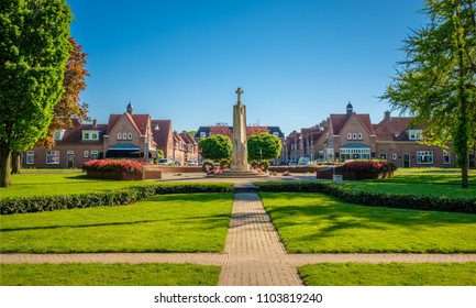 The E. Van Dronkelaarsquare in Almelo is famous for its Monument for the Fallen (1951) where every year on the fourth of May the 400 war victims of the Second World War from Almelo are remembered