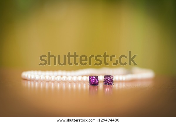 Earings and necklace with pearl jewel