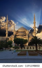 Early morning light on  Sultan Ahmet Camii ( Blue Mosque ) in Istanbul, Turkey