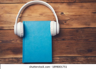 earphone on book on the wooden table