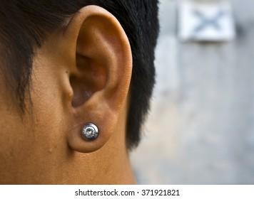 Should men wear earrings