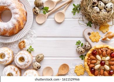 Arrière-plan de Pâques avec pâtisserie mazurée, gâteaux de levure et oeufs de caille sur fond rustique blanc en bois, vue de dessus, espace pour copie. Pâques traditionnelles