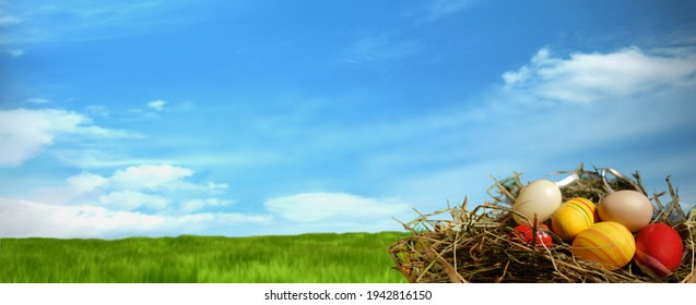 Osterbanner-Hintergrund mit sauberer Wiese und Himmel