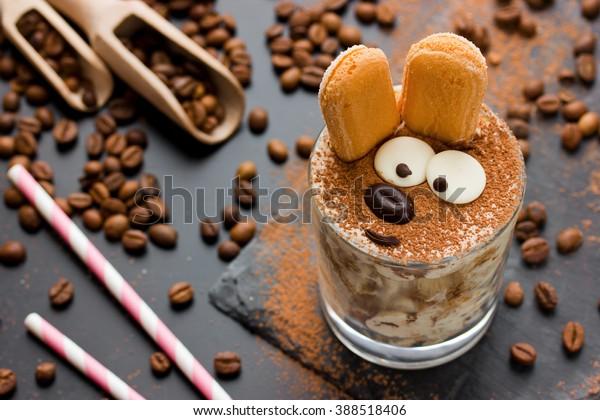 dessert de gâteau au tiramisu de gâteau de Pâques pour les enfants. Drôle dessert italien traditionnel servi, idée créative de vacances sucré pour enfants mise au point sélective