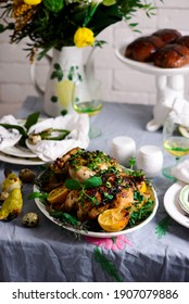 Osterhühner mit Kräutern und Zitronen...Art rustikal.selektiver Fokus