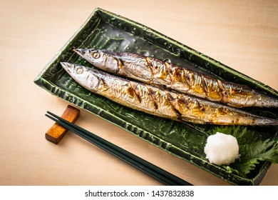 Eat autumn sword fish at the dining table