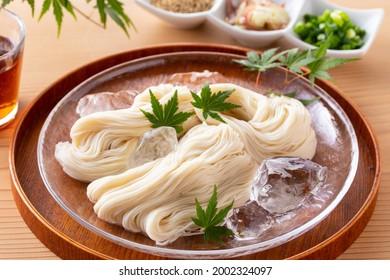 Mangez des nouilles somènes japonaises en été