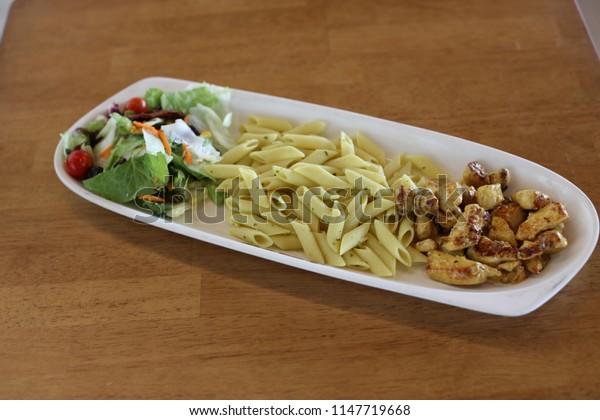 eat potato chicken on the table