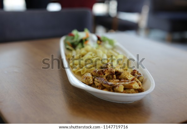 eat potato chicken on the table