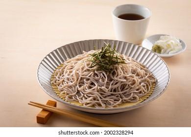 Mangez les nouilles traditionnelles de soba japonaises