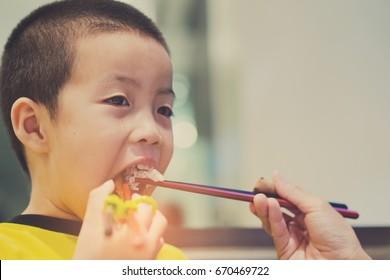 eating noddle / ramen / food