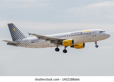 EC-LLM Airbus A320-214-4681 on July 11, 2019, landing on the slopes of Paris Roissy Charles de Gaulle at the end of flight Vueling VY8257 from Alicante