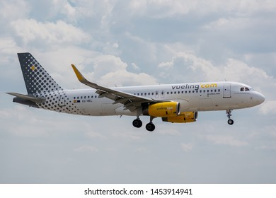 EC-MEL Airbus A320-232-6450 on July 11, 2019, landing on the slopes of Paris Roissy at the end of the flight Vueling VY8775 from London
