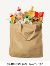 Öko-freundlicher wiederverwendbarer Einkaufsbeutel mit verschiedenen Waren auf weißem Hintergrund