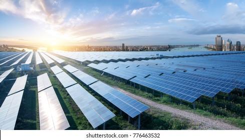 Ökologisch umweltfreundliche grüne Energie aus nachhaltiger Entwicklung des Solarkraftwerks mit der Skyline von Shanghai