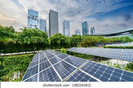 Ökologische Solarpaneelanlage mit erneuerbarer Energie und modernem Stadtbau Wahrzeichen