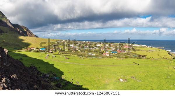 Edimburgo de la vista panorámica aérea de la ciudad de los Siete Mares, Tristán da Cunha, la isla habitada más remota, el Océano Atlántico Sur y el Territorio Británico de Ultramar. Día soleado, cielo azul con nubes.