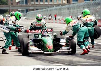 EDITORIAL - Pit stop during Molson Indy Car racing