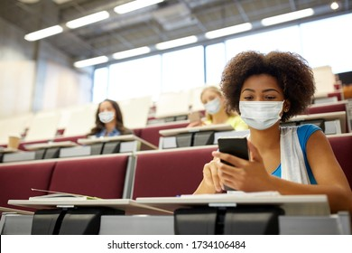 concept d' éducation, de soins de santé et de pandémie - une étudiante africaine portant un masque médical de protection contre la maladie virale avec son smartphone lors d' une conférence