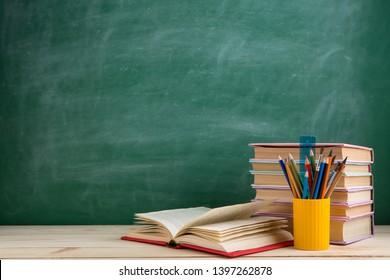 Bildungs- und Lesekonzept - Gruppe bunter Bücher auf dem Holztisch