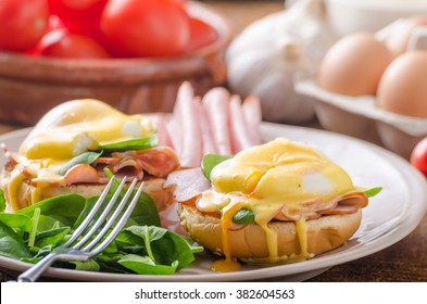 Egg Benedict with ham, spinach and hollandaise sauce