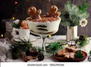 TIRAMISU AU PAIN D'ÉGGNOG sur fond rustique de Noël. Style rustique. mise au point sélective