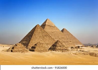 Ägypten. Kairo - Giza. Allgemeiner Blick auf Pyramiden vom Giza-Plateau (in der Reihenfolge von links: die Pyramide von Menkaure/Mykerinos/, Ghafre/Chephren/ und Chufu/Cheops/ - bekannt als die Große Pyramide