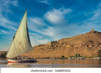 Barco egipcio en el Nilo en Egipto
