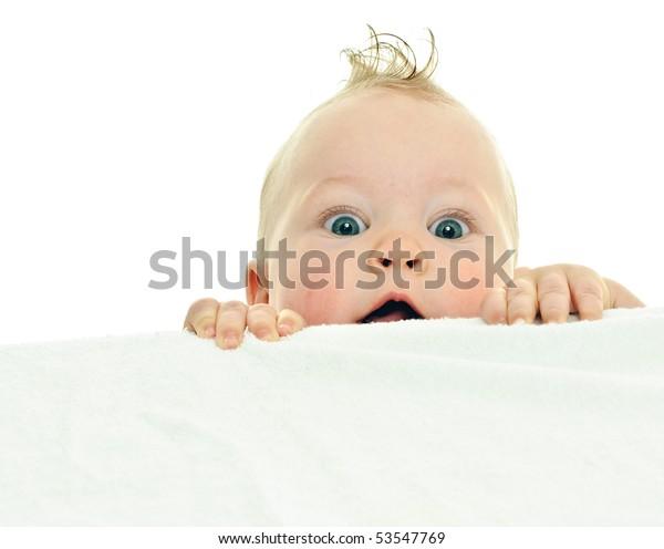 Camiones de bebé de ocho meses de duración en superficie blanca