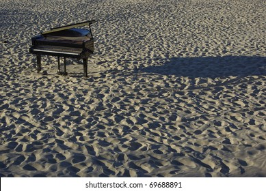 einsames Klavier am Strand