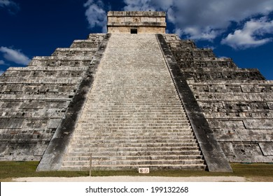 El Castillo, temple pyramid to Mayan serpent god Kukulkan, in Chichen Itza, Yucatan, Mexico.