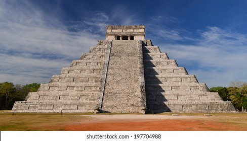 El Castillo (The Kukulkan Temple) of Chichen Itza, mayan pyramid in Yucatan, Mexico