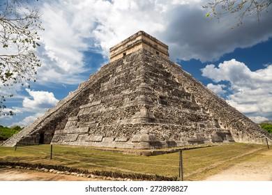 El Castillo (The Kukulkan Temple) of Chichen Itza, mayan pyramid in Yucatan, Mexico