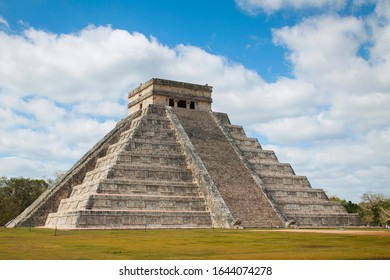 El castillo,temple of Kukulcan in the mayan archaeological site of Chichen Itza, Yucatan, Mexico