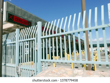 "El Paso, Texas, USA - April 18, 2019: International Border to Mexico with a sign saying ""closed"" in Spanish"