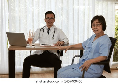 Elder female patient consult with smart orthopedic doctor for wrist injury