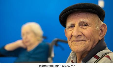 Portrait d'homme âgé de 80 ans et plus sur fond bleu.
