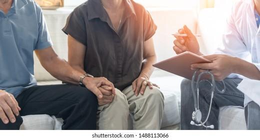 Ältere Paare, ältere Patienten, die in Kliniken mit Arzt, Arzt oder Therapeuten eine Untersuchung und Familienberatung zu Menopausenkrankheit, psychischer und geriatrischem Syndrom-Screening durchführen