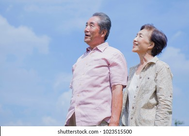 Elderly couple of Japanese who look up to the sky